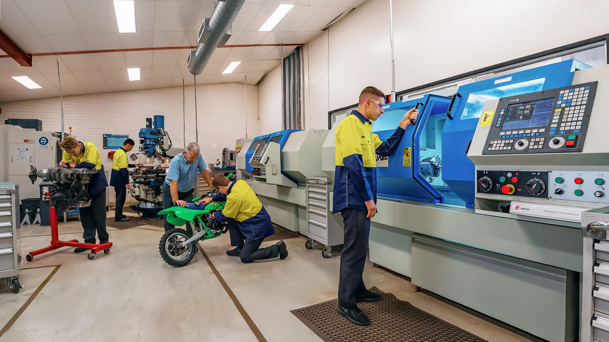 ERC-students-in-metal-machining-class-closeup